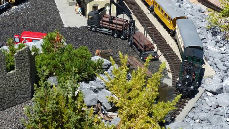 Die Züge im Kleinformat fahren durch realitätsgetreue Landschaften.