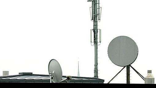 Eine Mobilfunkantenne auf einem Dach in Bern.