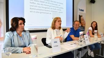 Von links nach rechts: A.Genat (BWT Aqua), E.Keller (Co-Präsidentin Sm'Aesch Pfeffingen), A.Vollmer (Trainer), M.Matter (Captain 1. Mannschaft)