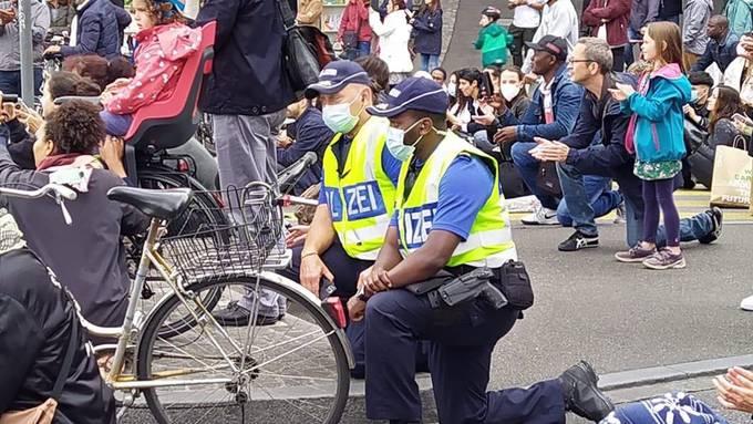 Es waren Polizisten zu sehen, die sich solidarisch niederknieten.