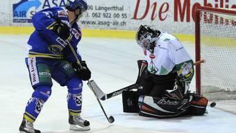 Jeff Campell vom SC Langenthal erzielt das 3:0 gegen Oltens Goalie Urban Leimbacher. Foto: Marcel Bieri