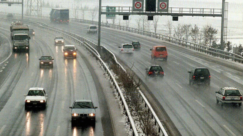 Das Bundesgericht hat einen Autofahrer freigesprochen, der auf der A1 im Grauholz bei Bern auf der Normalspur an den Fahrzeugen auf den Überholspuren vorbeizog.