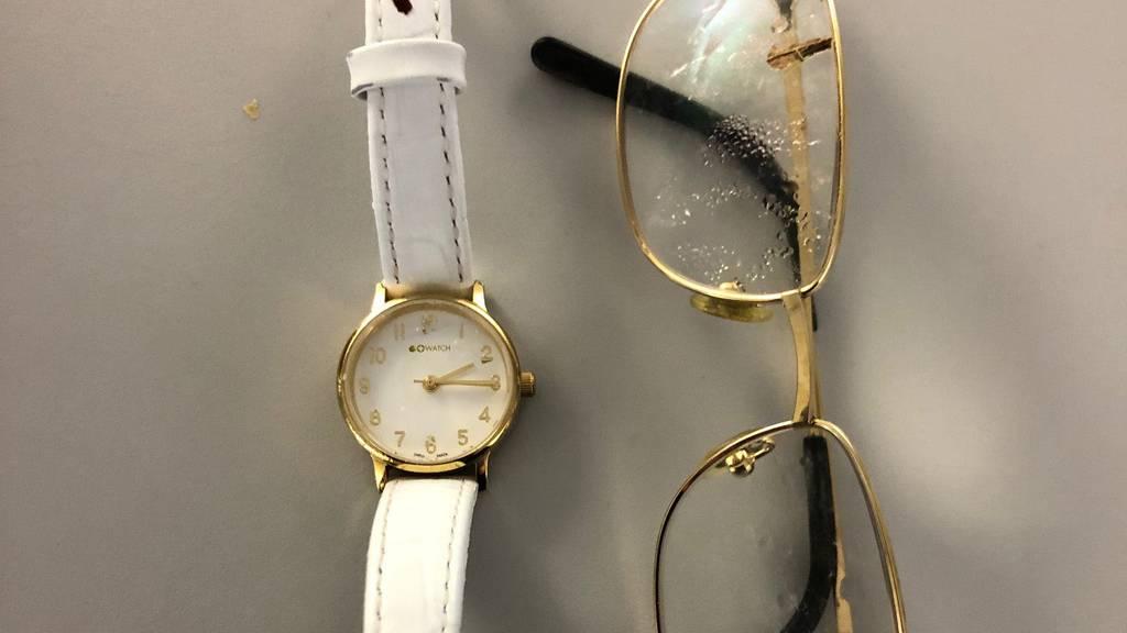 Uhr und Brille der verstorbenen Frau: Die Kantonspolizei Bern bittet die Bevölkerung um Mithilfe bei der Aufklärung.