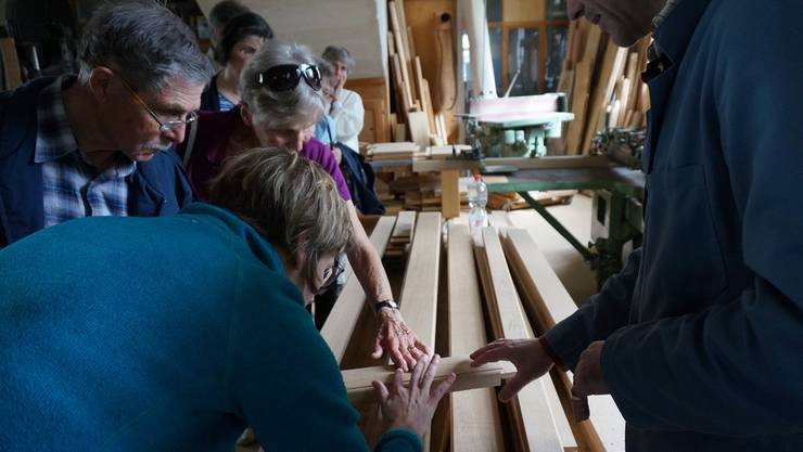 Die Besucherinnen und Besucher sind beeindruckt vom Handwerk des Orgelbauers.