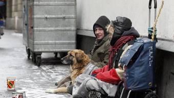Auch in der Schweiz gibt es von Armut Betroffene. Dank Ausgleichszahlungen bleibt die Verteilung der Einkommen aber weitgehend stabil. (Archiv)