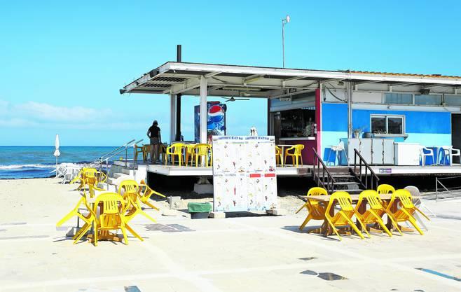 Die Strandkneipen auf Zypern bleiben leer.