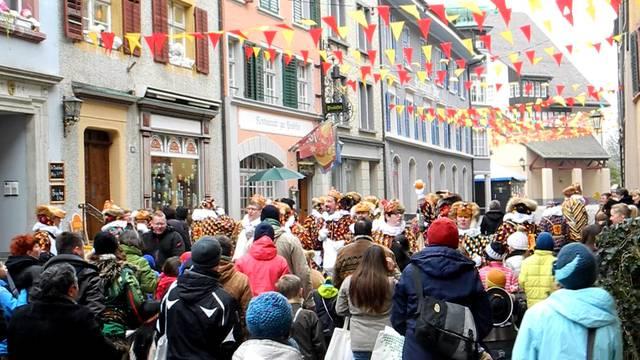 «Wie tanze die Narre»: Beim Narrolaufen in Laufenburg gibts Orangen und Würste fürs Volk.