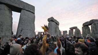 Touristen, Hippies und gläubige Druiden begrüssen am prähistorischen Steinkreis den Beginn des längsten Tags des Jahres