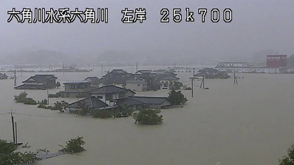 Dieses Videostandbild aus einem CCTV-Video des Ministeriums für Land, Infrastruktur, Verkehr und Tourismus, Kyushu Regional Development Bureau, zeigt ein überschwemmtes Gebiet in der Nähe des Takeo-Flusses. Sintflutartige Regenfälle führten am Samstag in weiten Teilen Südwestjapans zu Überschwemmungen. Foto: Uncredited/Ministry of Land, Infrastructure, Transport and Tourism Kyushu Regional Development Bureau/AP/dpa