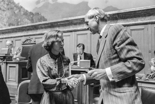 Rudolf Friedrich gratuliert seiner Nachfolgerin Elisabeth Kopp nach ihrer Wahl in den Bundesrat.