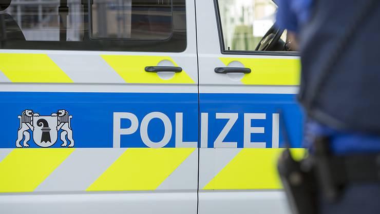 Die Polizei sucht drei Jugendliche im Alter von etwa 15 Jahren. (Symbolbild)