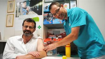 Der Rheinfelder Stadtammann Franco Mazzi (l.) liess sich am Mittwoch von Arzt Beat Rickenbacher gegen Grippe impfen.
