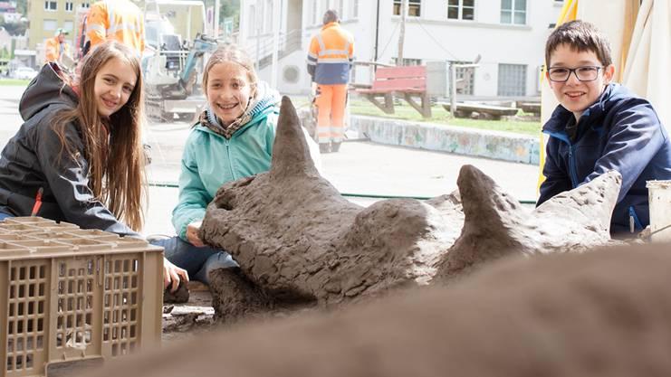 Seraina (11), Dana (12) und Nick (12) arbeiten an einem vier Meter langen Drachen.