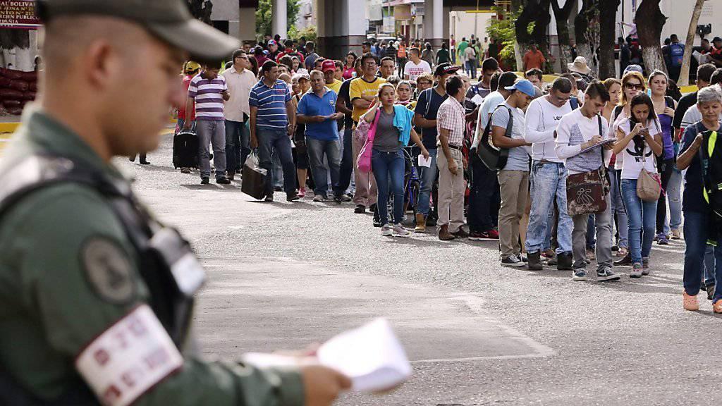 Tausende Venezolaner warten am Grenzübergang nach Kolumbien: Wegen Geldschmuggels lässt Präsident Maduro die Grenze schliessen. (Archivbild)