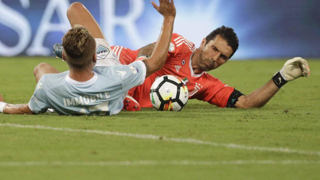 Könnte als erster Goalie zu Europas Fussballer des Jahres gewählt werden: Gianluigi Buffon (im Duell mit Lazios Ciro Immobile)