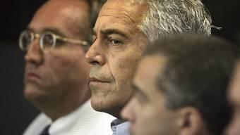 Im Juli 2008 gelang es Jeffrey Epstein (Mitte) dank eines Deals mit der New Yorker Staatsanwaltschaft, den Kopf noch aus der Schlinge ziehen. Er soll zahlreiche minderjährige Mädchen missbraucht haben. Ein Gericht hat am Donnerstag die Freilassung gegen Kaution abgelehnt. (Archivbild)