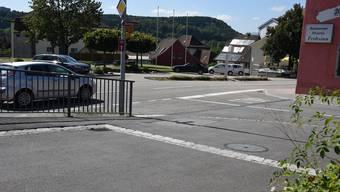 Einmündung Friedhofstrasse (links, Vordergrund) in die Lostorferstrasse (von rechts), nahe der Mündung der Lostorferstrasse in die Hauptstrasse beim «Frohsinn» in Winznau: Das Trottoir quert erhöht die Fahrbahn der Friedhofstrasse, was deren Anwohner als Schikane empfinden.