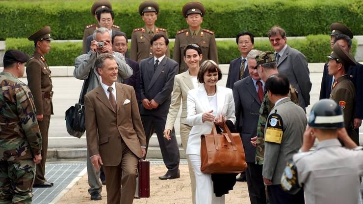 Ex-Aussenministerin Micheline Calmy-Rey überschreitet 2003 die Demarkationslinie zwischen Süd- und Nordkorea. KEY