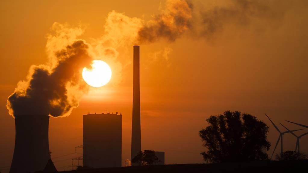 Die Sonne geht hinter dem Kohlekraftwerk Mehrum im Landkreis Peine auf. Die Europäische Union verschärft ihr Klimaziel für 2030 deutlich.