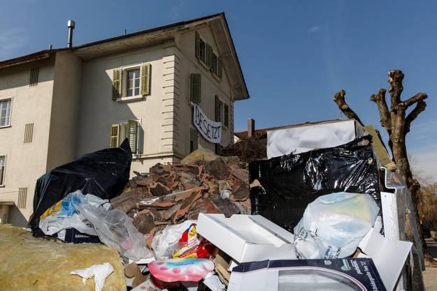 Abfall vor dem Haus