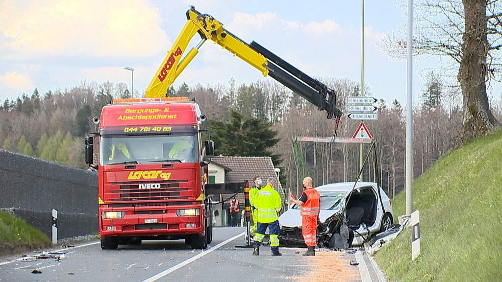 Hirzel (ZH): Unfall zwischen Lastwagen und Auto fordert einen Schwerverletzten