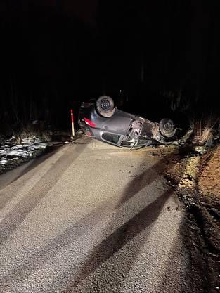 Muhen AG. 28. Februar: Bei einem Selbstunfall hat ein Autofahrer seinen Wagen zu Schrott gefahren. Der 25-jährige Lenker blieb unverletzt, sein «Billett» ist er jedoch vorerst los.