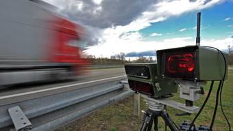 Statt mit erlaubten 120 fuhr der Raser mit seinem BMW M3 mit 200 Stundenkilometern durch die Radarkontrolle. (Symbolbild)