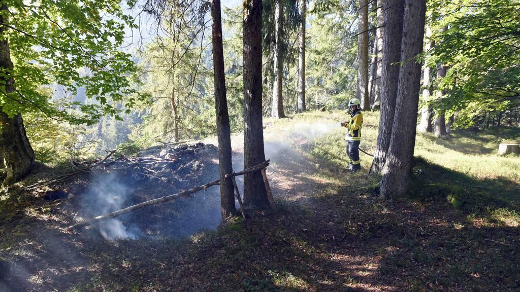Lagerfeuer löst unterirdischen Brand aus +++ Polizei sucht Zeugen