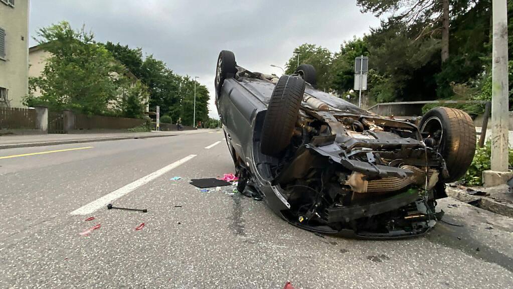 Der Lenker dieses Autos und seine Tochter erlitten beim Selbstunfall in Aarau Verletzungen.