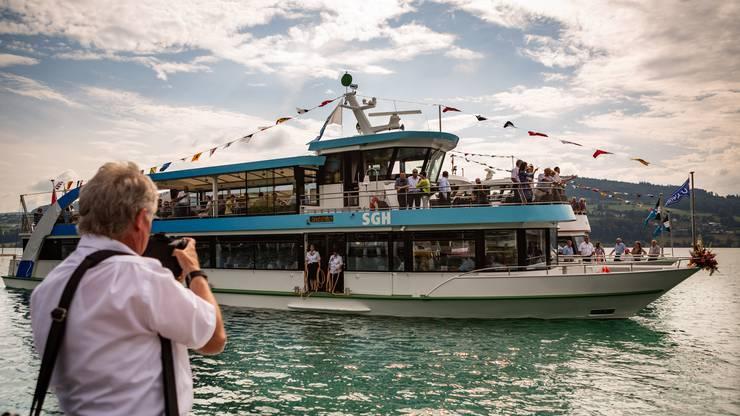 """Das Schiff wurde von der Schiffahrts Gesellschaft Hallwilersee (SGH) am 6. Juni auf den Namen MS """"Delphin"""" getauft."""