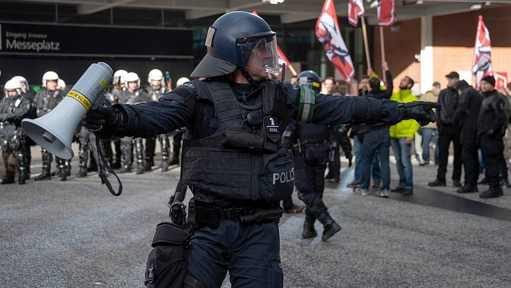 24. November 2018: Eine Handvoll Demonstranten der Partei national orientierter Schweizer (Pnos) wendet sich gegen den Migrationspakt. Die Polizei trennt die Pnos-Anhänger von Hunderten von Gegendemonstranten.