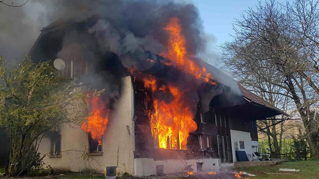 Ein Brand zerstörte die Unterkunft für abgewiesene Asylsuchende in Oftringen AG. Ein Bewohner wurde wegen des Verdachts auf Brandstiftung festgenommen.