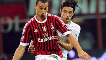 Zlatan Ibrahimovic (vorne) im Zweikampf mit Lazios Giuseppe Biava