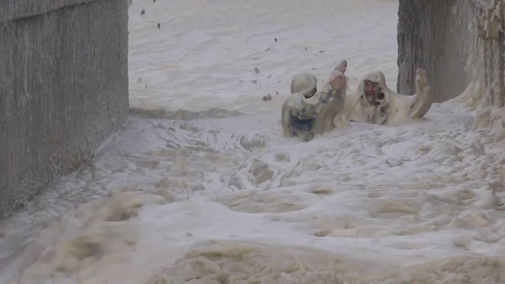 Schaumparty in Kapstadt: Sturm hüllt Strandpromenade ganz in Weiss