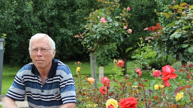Uwe Müller inmitten einiger seiner 250 Rosenstöcke. Doch in Müllers Garten gibt es noch viel mehr zu sehen.