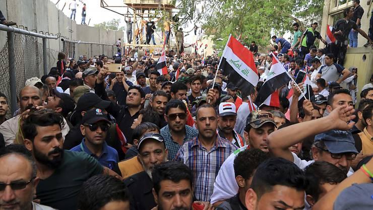 """Erneut drängen Tausende Demonstranten in die gesicherte """"Grüne Zone"""" in Baghdad - genau wie auf dem Bild von Ende April. (Archiv)"""