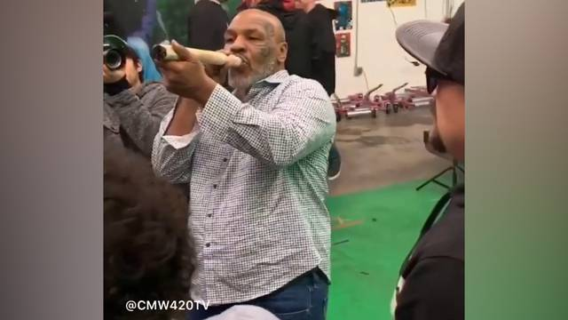 Mike Tyson raucht riesen Joint
