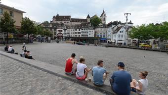 Am Barfüsserplatz suchen Touristen vergeblich nach einem öffentlichen WLAN Netzwerk