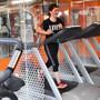 Eine Besucherin der Fitness Factory in Olten trainiert zwischen speziellen Roll-ups aus Plexifolie.