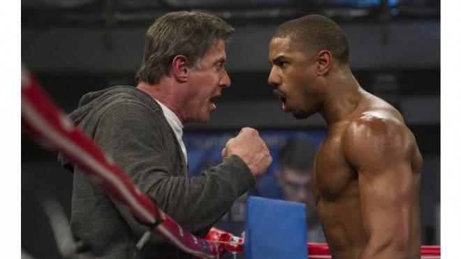 Frontenwechsel: Rocky (Sylvester Stallone) betreut mit Adonis (Michael B. Jordan) den Sohn seines früheren Gegners. Foto: Warner Bros.
