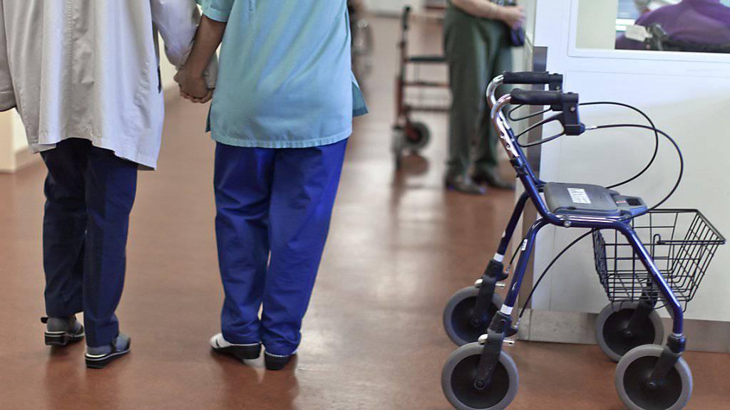 Das Parlament hat geregelt, wie die Kanton die ungedeckten Kosten tragen müssen, wenn jemand ausserhalb seines Wohnkantons in ein Pflegeheim eintritt. (Themenbild)