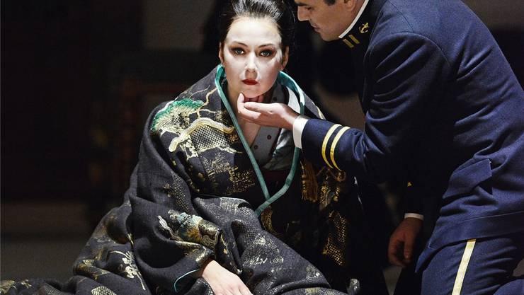 Er liebt sie, er liebt sie nicht – Madama Butterfly (Svetlana Aksenova) mit Pinkerton (Saimir Pirgu).T+T Fotografie