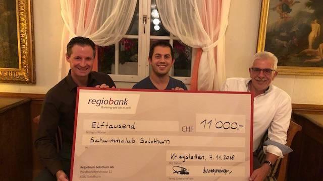 Renzo Wolf (Präsident Schwimmclub Solothurn, Mitte) erhält von Kurt Gunzinger (Präsident Solo d'Or, rechts) und Thomas Meuli (Kassier Solo d'Or, links) den Check.