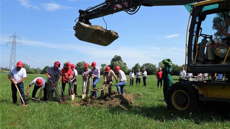 Baudirektor Stephan Attiger steuert den Bagger, die andern packen mit dem Spaten an: In Reussegg entsteht eine einzigartige Auenlandschaft. Eddy Schambron