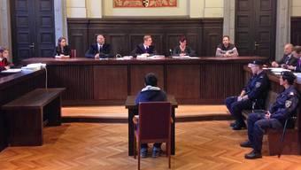 Blick in den Gerichtssaal mit dem angeklagten Jugendlichen im Vordergrund, mit dem Rücken zum Fotografen