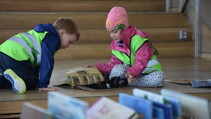 Schüler in einer Bibliothek: Wer das Universum der Buchstaben kennenlernen will, muss zuerst viel Sprache hören.
