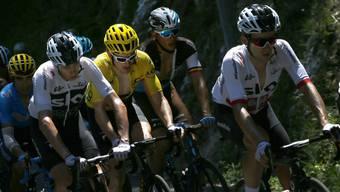 Chris Froome (l.) und Geraint Thomas (M.) führen das Gesamtklassement der Tour de France aktuell an.