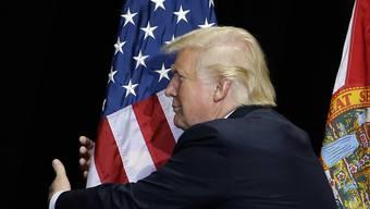 """Für US-Präsident Donald Trump hat die US-Flagge einen besonders hohen Stellenwert. Weil im Film """"First Man"""" das Star-Spangled Banner nicht prominent zur Geltung kommt, will er den Film gar nicht erst sehen. (Archiv)"""
