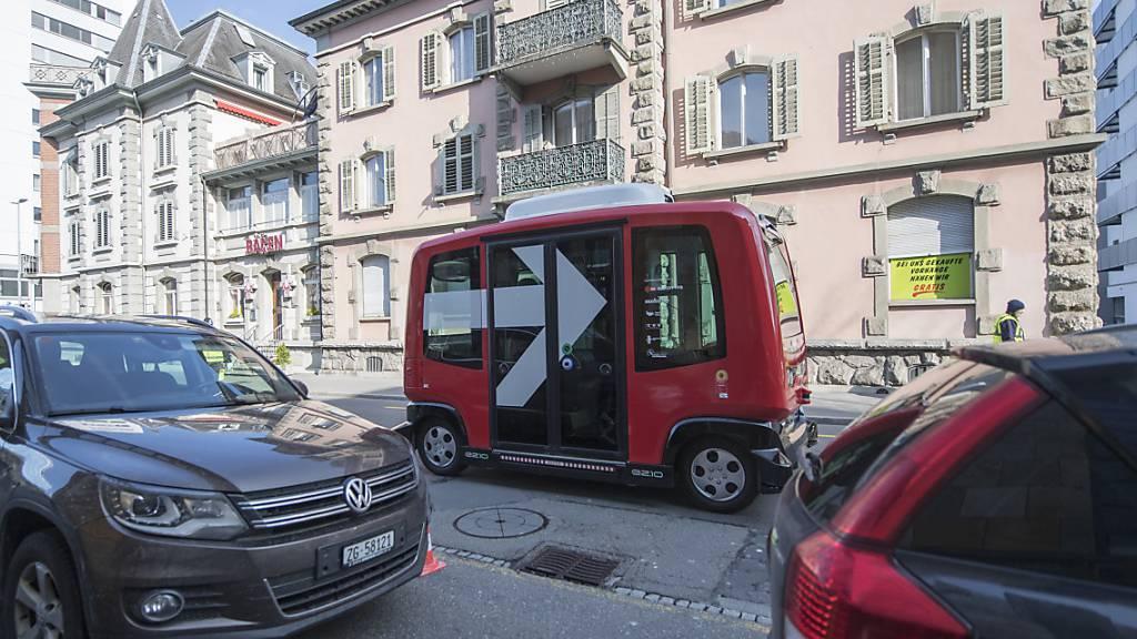 Roboterbus fühlt sich auf der Strasse nicht richtig wohl