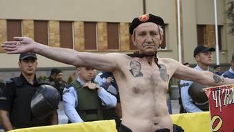 Vor dem Parlament in Skopje machen Demonstranten ihrem Ärger Luft: Sie wollen keine Regierungsbildung unter Beteiligung ethnischer albanischer Parteien.